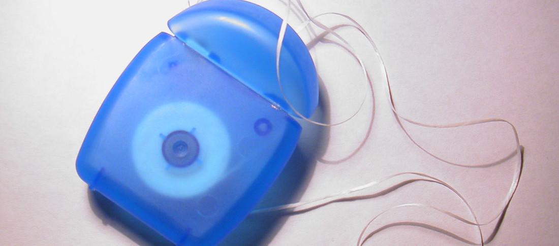 Uso do fio dental é fundamental para higiene | Foto: FreeImages.com/ Carlo Winkelmann